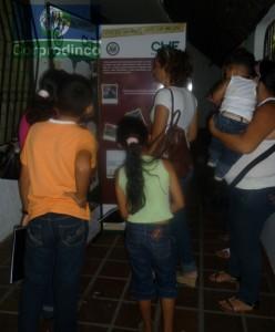 Participnates del Programa mirando la exposición Itinerante